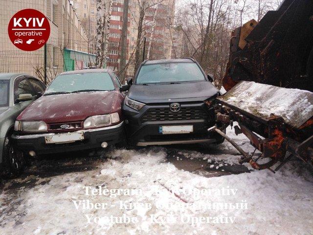 У Києві сміттєвоз розтрощив десяток авто: фотофакт - фото 444336