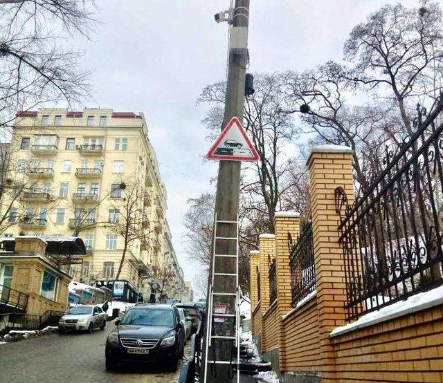На дорогах Києва з'явився новий дорожній знак: що він означає - фото 444714