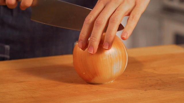 Як правильно різати цибулю, щоб не просльозитися: 5 порад від професіоналів - фото 447143