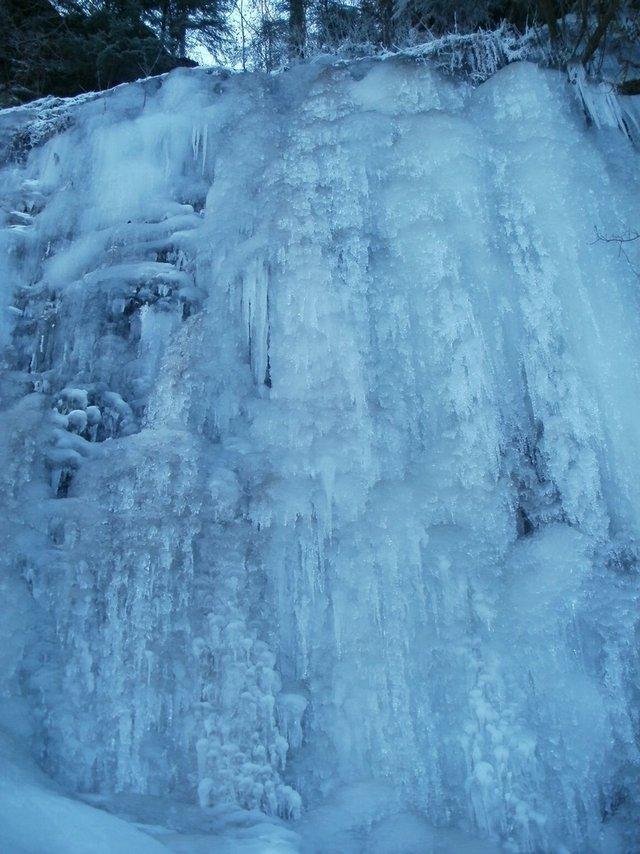 На Львівщині замерзли водоспади: неймовірні фото - фото 448551
