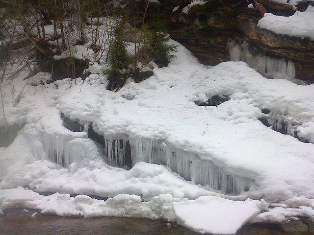 На Львівщині замерзли водоспади: неймовірні фото - фото 448553