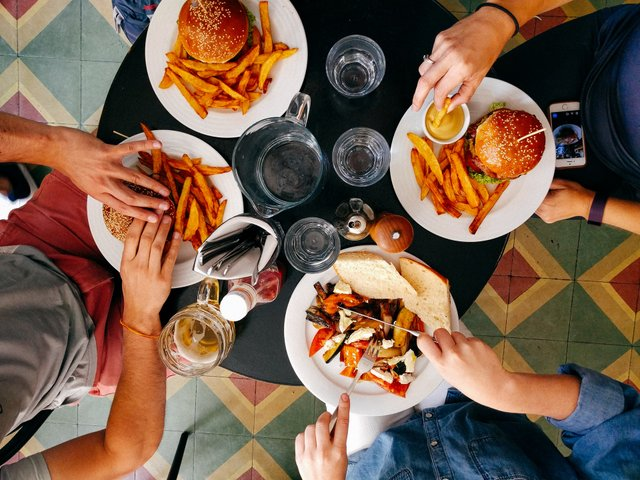 Дослідники з'ясували, яка музика підштовхує до вибору шкідливої їжі - фото 459724