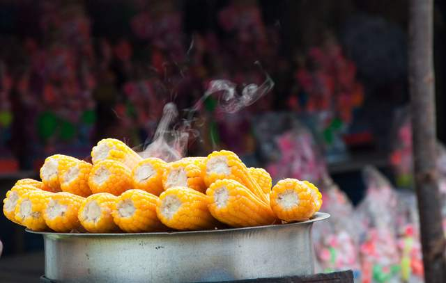 Як запекти кукурудзу в духовці, на грилі чи в мікрохвильовці: 5 рецептів - фото 422037
