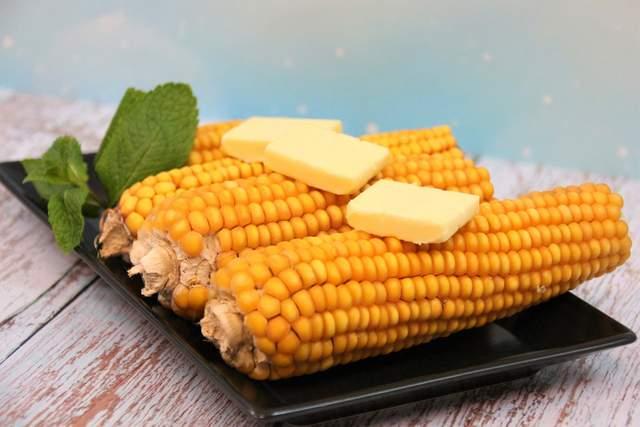 Як запекти кукурудзу в духовці, на грилі чи в мікрохвильовці: 5 рецептів - фото 422041