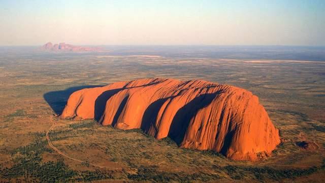 Влада Австралії попросила Google видалити фото вершини священної для аборигенів скелі - фото 427333