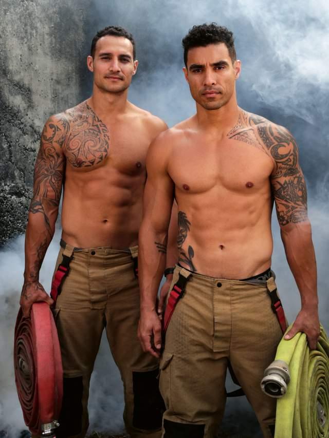 В Австралії оголені пожежники з милими звірятами знялися для календаря: круті фото - фото 430244