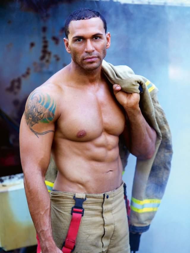 В Австралії оголені пожежники з милими звірятами знялися для календаря: круті фото - фото 430252