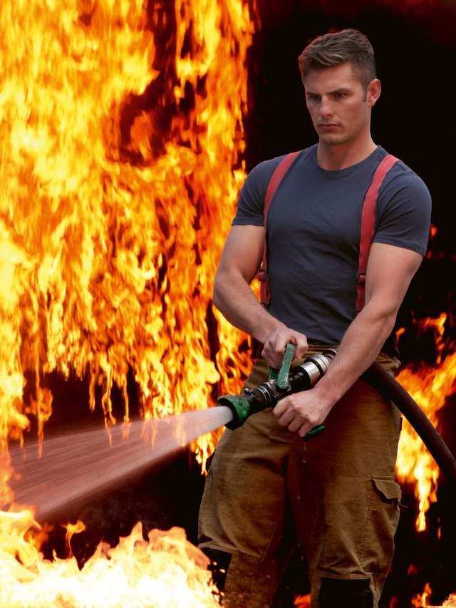 В Австралії оголені пожежники з милими звірятами знялися для календаря: круті фото - фото 430255